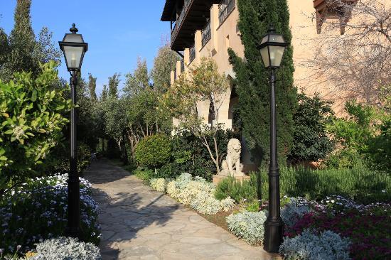 Elysium Hotel: Allée du jardin intérieur