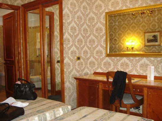 Barberini Hotel: Closet & Desk