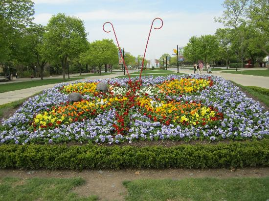 Brookfield, IL: Floral display at park entrance.