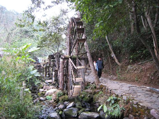 Panlong Paradise Resort: Water wheels on the hiking trail