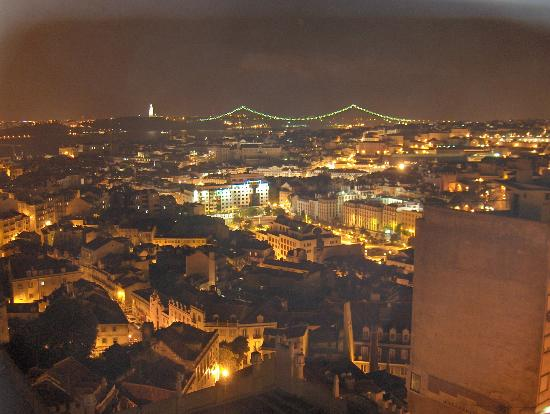 Albergaria Senhora Do Monte : View over Lisbon from our room at night