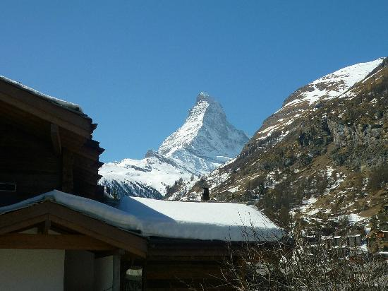 Alouette Apparthotel: Balcony view of the Matterhorn