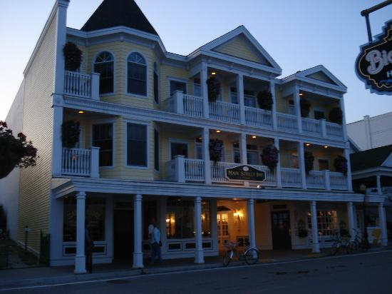 Main Street Inn and Suites: Street view of hotel as sun was setting.