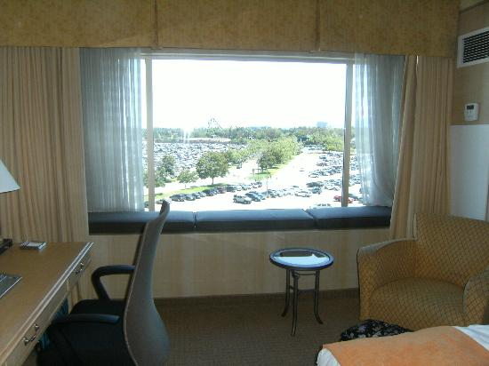 Hilton Santa Clara: Desk, Chair, View of Great America Parking Lot