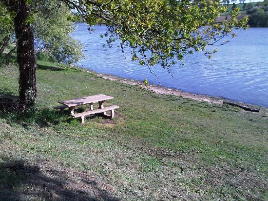 Le Val de l'Arguenon : Picnic Table by the Lake