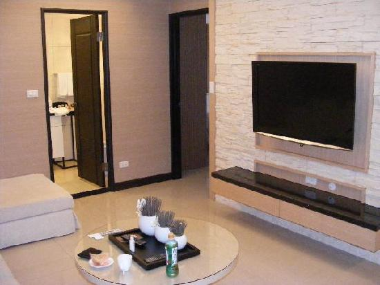 Taipei I-staytion Service Apartment I-Station: Living room with large TV
