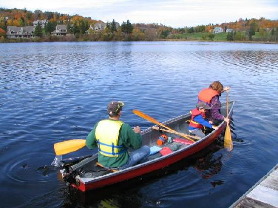 Fairy Bay Guest House: Enjoy a canoe ride