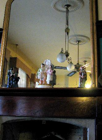 Crown & Anchor Inn: Cute curios everywhere