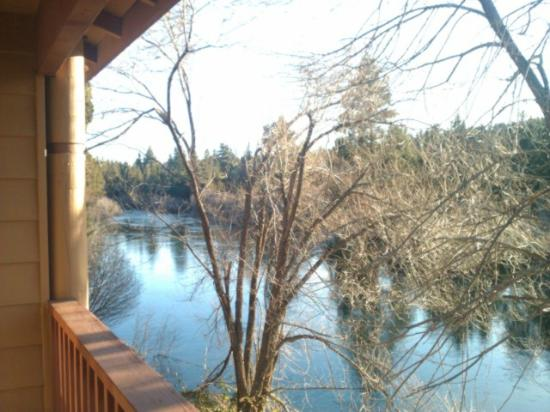 Shilo Inn Suites Hotel - Bend: Balcony on the river bank. This is why you would want to stay here.