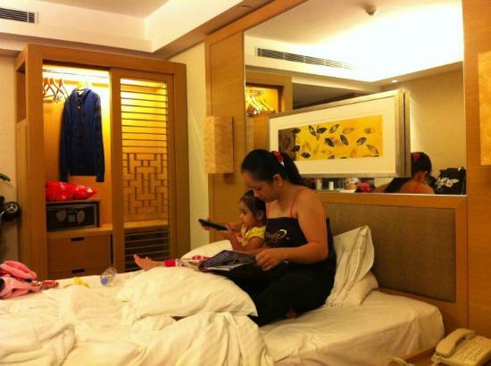 โรงแรมรอยัลวิว: with my wife and my daughter
