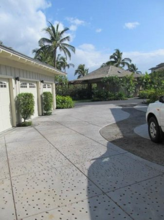 Outrigger Waikoloa Beach Villas: parking garage area - pool area in distance, enclosed garage