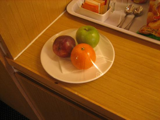 Q Hotel: fruit plate in room