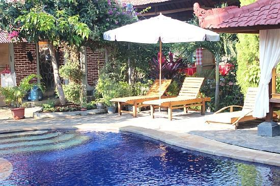 Mumbul Guesthouse : Relax in the shade under our beach umbrella
