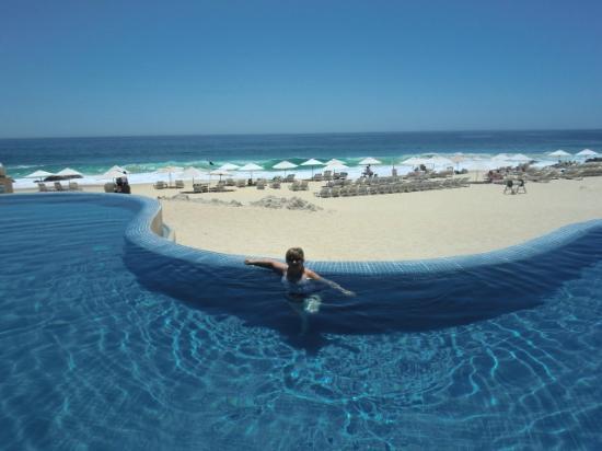 Club Regina Los Cabos: Sitting in the Westin pool near the each