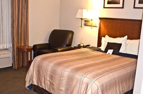 Candlewood Suites Perrysburg : Bed