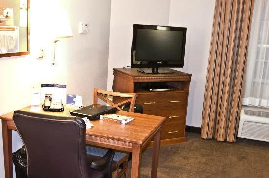 Candlewood Suites Perrysburg: Dining Area and TV