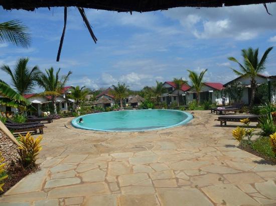 African Dream Cottages: Vue du jardin, avec la piscine, entourée des cottages