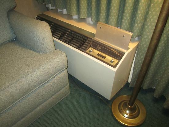 Ramada Sunnyvale/Silicon Valley: Ancient noisy airconditer and shabby old furniture
