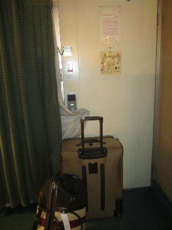 Ramada Sunnyvale/Silicon Valley: I seriously blocked the door with my luggage to feel safe