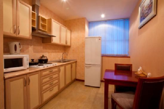 Renion Residence Hotel: kitchen