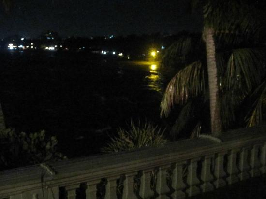 Mount Lavinia Hotel: Coast line night view from Dining Area