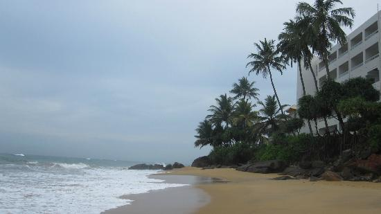 Mount Lavinia Hotel: Hotel Mount Lavinia from the Beach