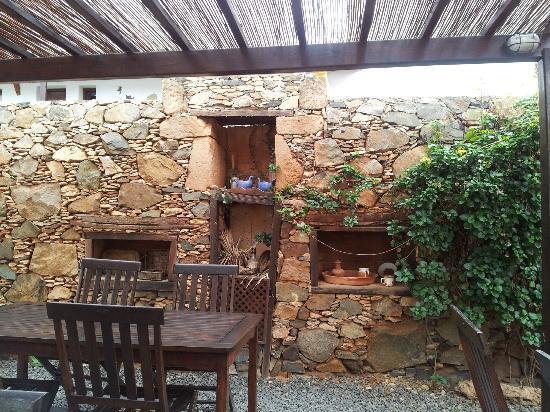 Casa Isaitas: Stone wall