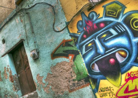Hotel Balcon del Cielo: Door and graffiti along path from hotel down to city centre.