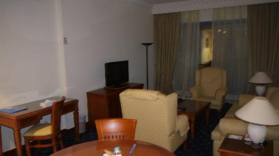 Rolla Residence: living room