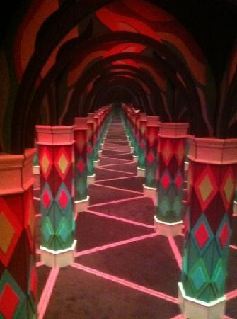 Backstage Mirror Maze : Get lost in the Fun