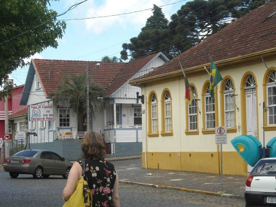 São Francisco de Paula, RS: Das Eckhaus hinten ist das Casa da Dinda