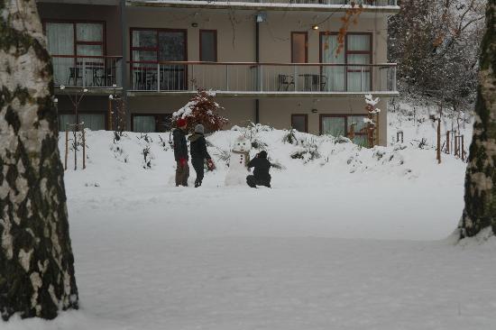 Shotover Lodge: Building a snowman