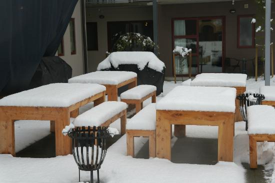 Shotover Lodge: Outside tables covered with snow