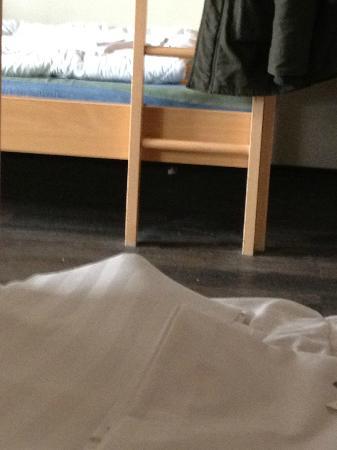 MEININGER Hotel Munich City Center: verdreckter Boden