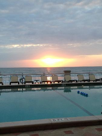 Daytona Beach Resort and Conference Center: Sunrise over the pool