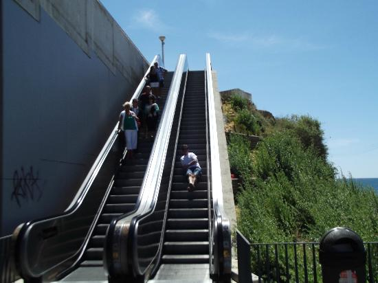 Hotel Almar: Escalators to/from the beach!