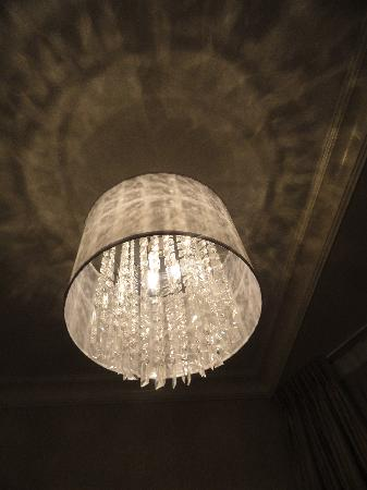 Victorian Hotel: Nice light fixture in sitting area