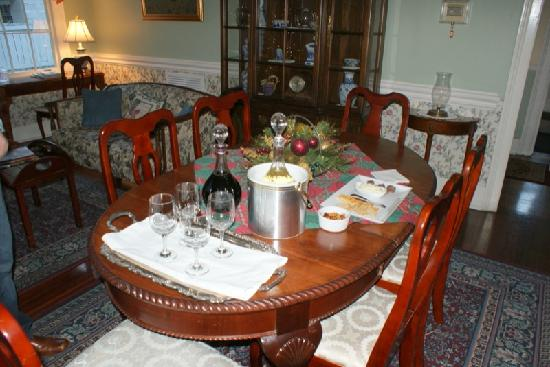 Cannonboro Inn : Wine and cheese time