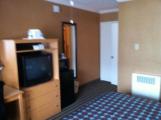 Civic Center Motor Inn: Zimmer (geradezu Kleiderschrank, hinten rechts Bad)