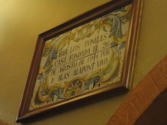 Los Toneles: La targa all'interno del locale: aperto dal 1944