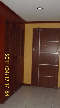 Hotel Soriente: Cabinet and Door