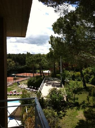 Hotel Raffaello: Piscina e campo da tennis