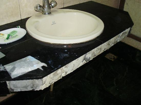 Hotel Shiraz Regency: Don't book in this..