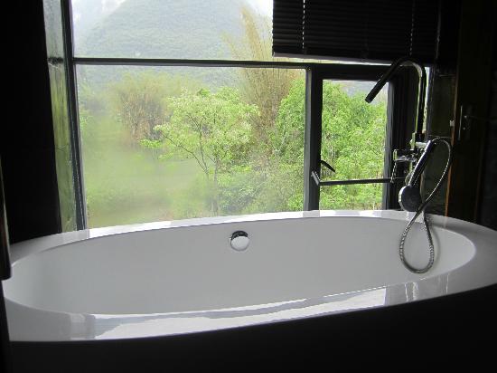 Moondance Boutique Resort : Vue sur la nature depuis la baignoire
