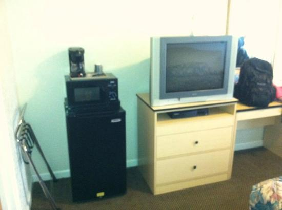 Rodeway Inn West Sacramento: Coffeemaker, microwave, and refrigerator! In a 45$ room Yay!