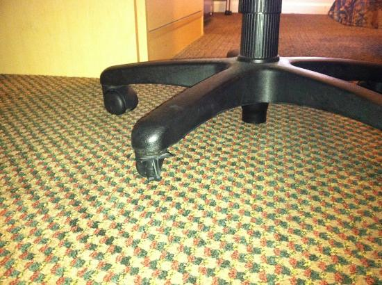 Rodeway Inn West Sacramento: Wheel was broken off the office chair at the desk, so it wouldn't roll.