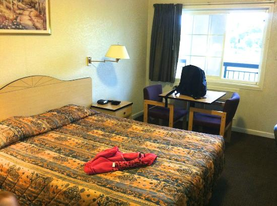 Rodeway Inn West Sacramento: Our first room that we didn't like. Looks good in pic, but not up close.