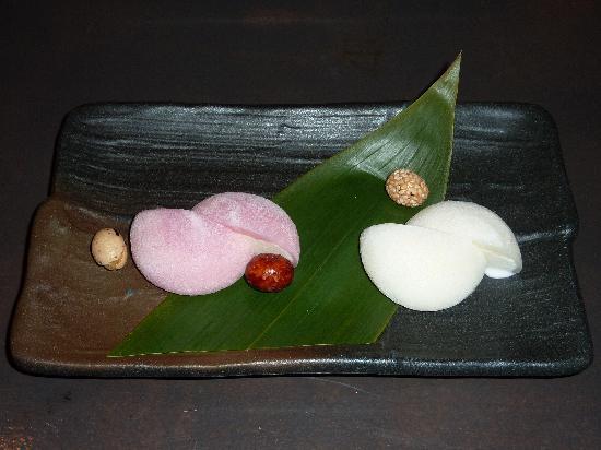 Lengue: Glaces au litchi et fleur de cerisier entourées de pâte de riz