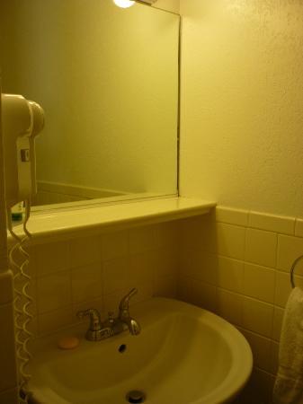 Geary Parkway Motel : bathroom sink area