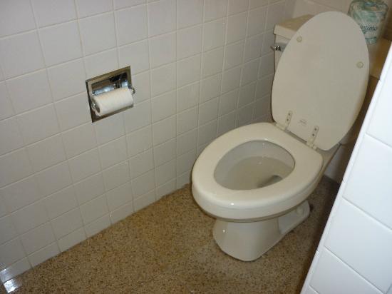 Geary Parkway Motel : clean toilet